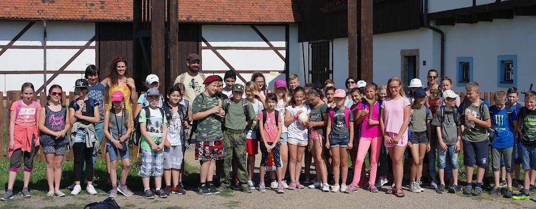 Čeští a němečtí školáci z pátých tříd v areálu skanzenu.