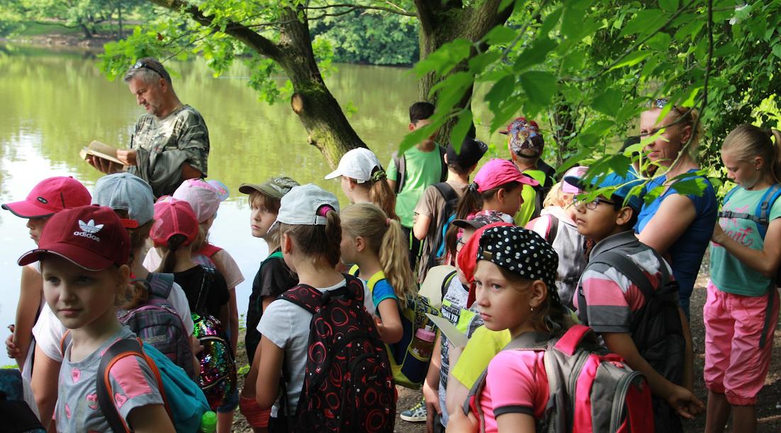 Třeťáci z Chomutova i Německa při pozorování vodních ptáků v zooparku.