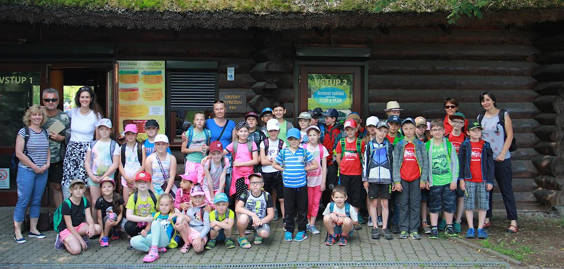 Čeští a němečtí školáci ze třetích tříd před branou zooparku.
